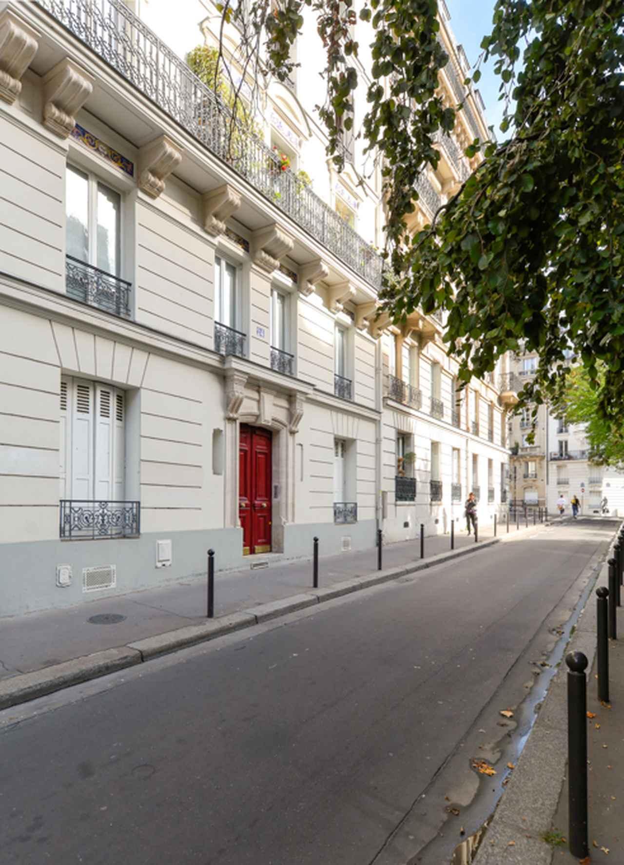 画像: 『シャレード』では赤い扉がホテルの入口だが、現在はホテルではないようだ。ここからオードリー・ヘプバーンがケーリー・グラントの後をつけていく。