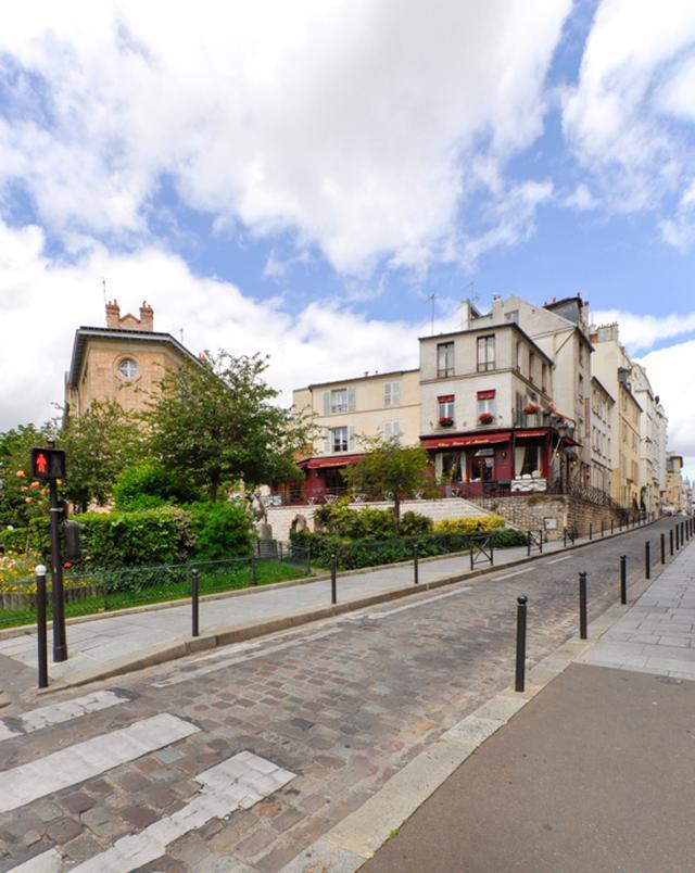 画像: ジョセフ・ロージーの『パリの灯は遠く』の撮影当時は手前の庭園部分が広場になっていたようだ。右がトゥルヌフォール通り。バルザックは手前の角から3軒目あたりを『ゴリオ爺さん』のヴォケール館の所在地としている。