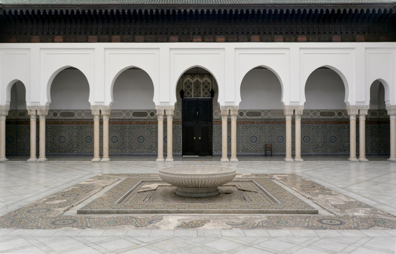 画像: 美しく細かなイスラム装飾のデザインが施されたパティオには静謐な空気が流れまるで異世界に入り込んでしまったかのよう。