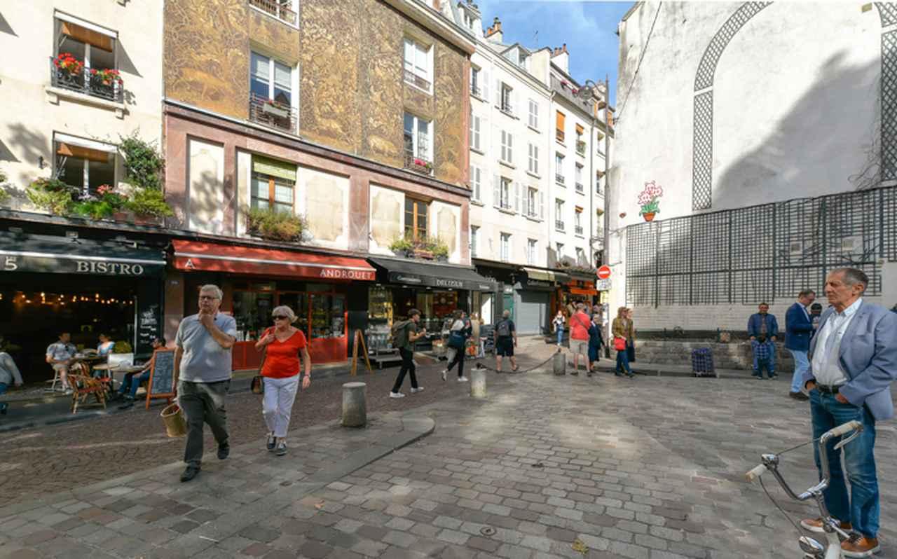 画像: 『アメリ』で電話ボックスのシーンが撮られたのがこのあたり。『獅子座』のピエールがビスケットを盗んで店の主人に殴られるのも同じこの教会前の広場だ。