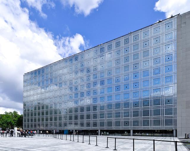 画像: ジャン・ヌーヴェル設計のアラブ世界研究所。30年以上前の建築だが青い空と雲を映したファサードがいまも美しく建築の迫力もまったく衰えていない。