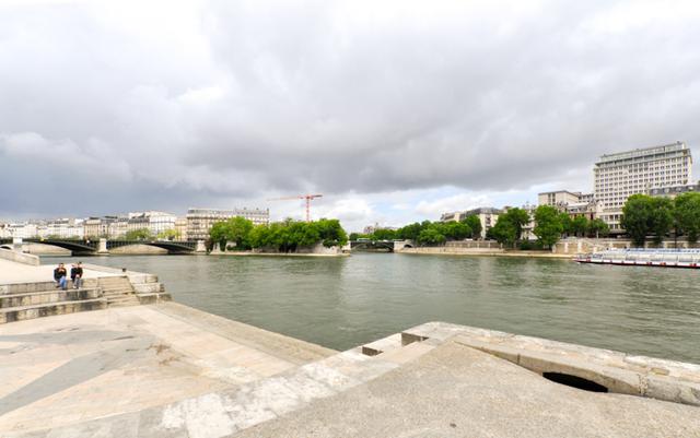 画像: この近くで『パリ、ジュテーム』の「セーヌ河岸」のファーストシーンが撮られた。対岸には近代建築が立ち、シテ島周辺とは雰囲気ががらりと変わる。左に見えるのがシュリ―橋。