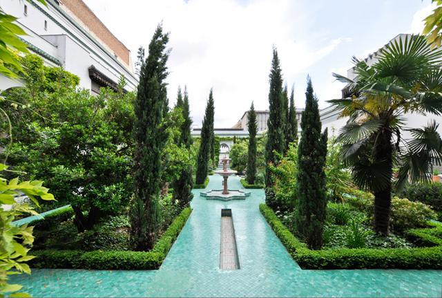 画像: モスクの中に入るとまずこのイスラム式庭園の美しさに息をのむ。