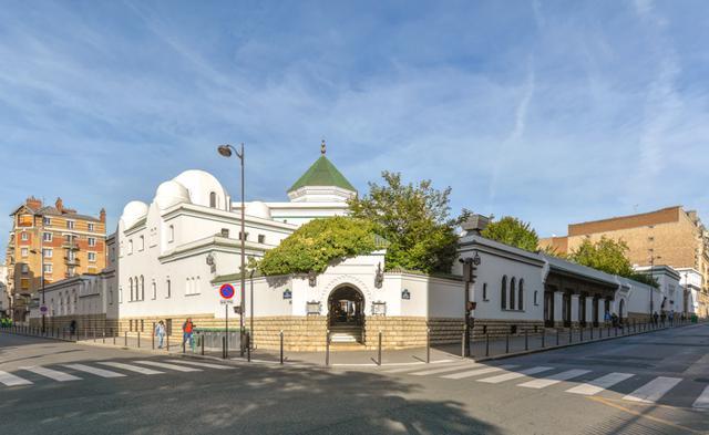 画像: グランド・モスケ・ド・パリ。正面の入口の先はアラブ料理のレストラン。モスクの入口はちょうど反対側のコーナー近くにある。