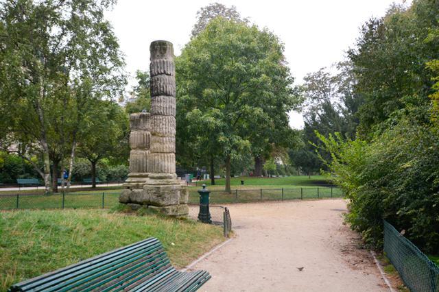 画像: この古代遺跡風の柱が『恋するパリのランデヴー』の1シーンに映る。シャルロット(ソフィー・マルソー)はこの近くで作曲家のサシャ(ガッド・エルマレ)のプロポーズを断る。『Pola X』でピエール(ギヨーム・ドパルデュー)と出版社の女性が歩く背後にもこの2柱が見える。