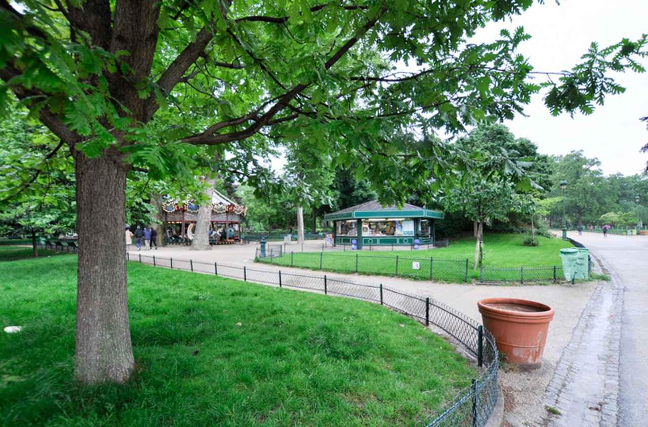 画像: 闇組織の男たちが待ち構えるクライマックスシーンではモンソー公園内の回転木馬のある一角も映し出される。