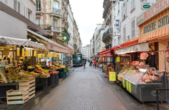 画像: ヴィリエの交差点に面して店を構えるカフェ〈ル・ドーム〉の右手にあるレヴィ通りに入ると庶民的な空気感が漂い始める。