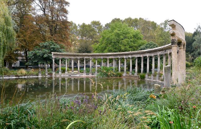 画像: 池の縁につくられた遺跡風の列柱。