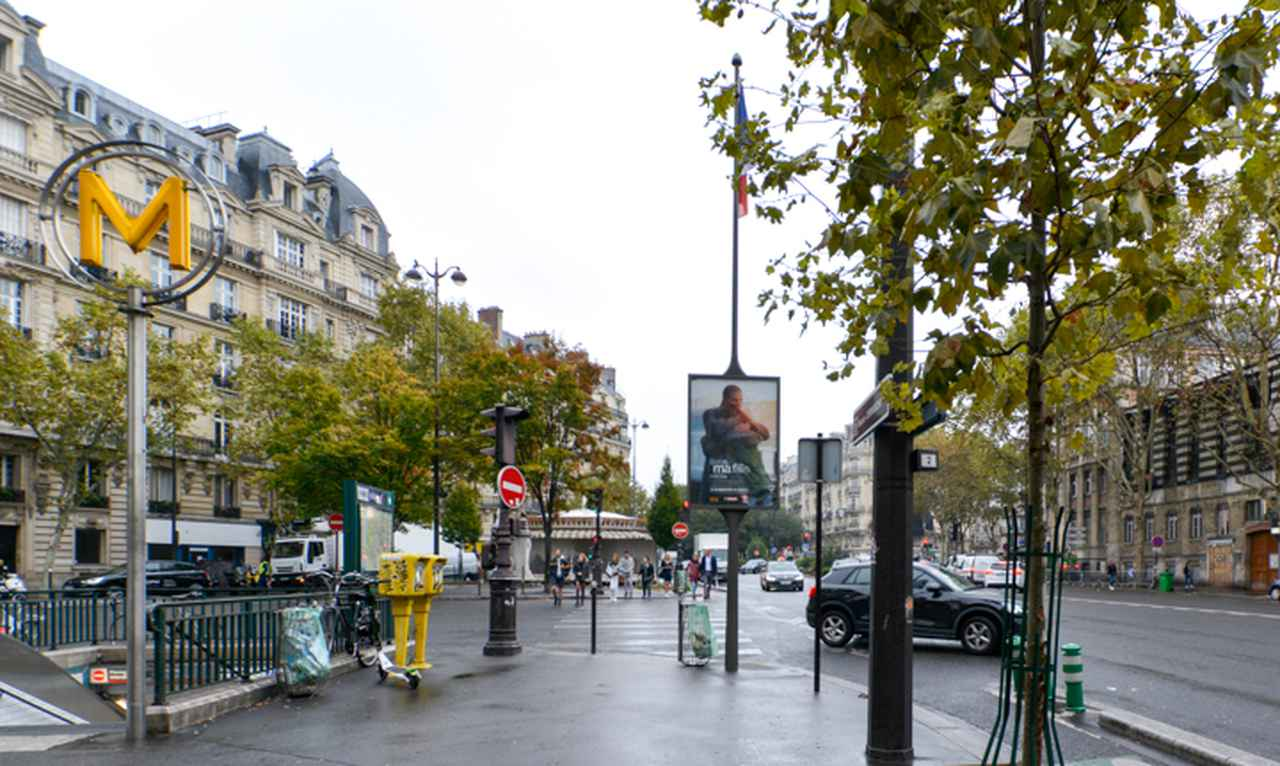画像: 『パリ、ジュテーム』の「モンソー公園」篇では、ニック・ノルティが公園近くからこのヴィリエの交差点までクルセル通りを喋り通しで歩く。