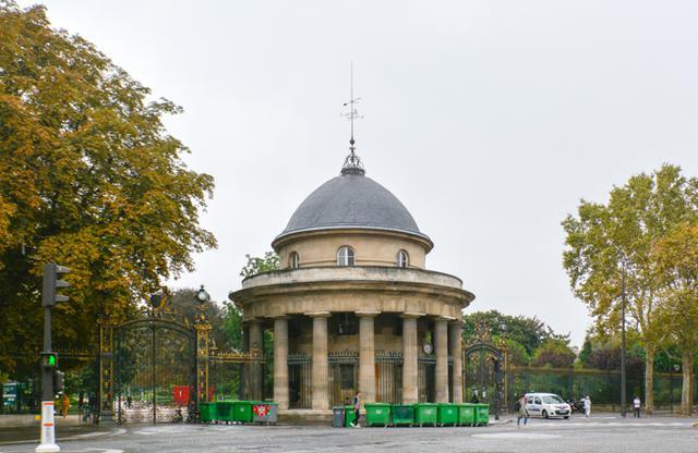 画像: クロード=ニコラ・ルドゥー(1736―1806)設計によるロトンドをクルセル通り側から見る。オルレアン公ルイ・フィリップ2世(1747―93)はこの建物をベルヴェデーレ(見晴らし台)として使用したという。