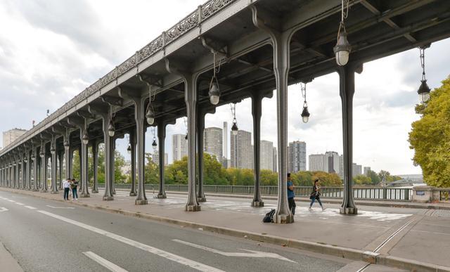 画像: パリへと逃げ帰った若いカップルはビル・アケム橋の車道に車を乗り捨てる。