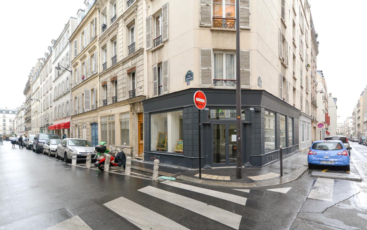 画像: レヴィ通りからルブトゥ通り(左)に入りソシュール通り(右)へと到る場所の角にパン屋がある。主人公はそうとは知らずパン屋に通い店員の女の子を口説く。現在はギャルリーに変わっている。
