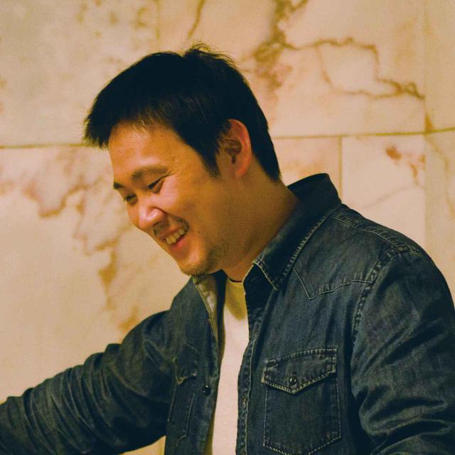 画像: 濱口竜介監督 1978年生まれ。東京大学文学部卒業後、商業映画の助監督やテレビの経済番組ADを経て、東京藝術大学大学院映像研究科に入学。2008年、修了制作の『PASSION』が国内外の映画祭に選出され、監督としてのキャリアを本格スタートさせる。2015年に317分の長編映画『ハッピーアワー』がロカルノ国際映画祭主演女優賞・ナント国際映画祭準グランプリをはじめ、数多くの映画祭で主要賞を受賞。2018年、商業映画デビューとなる『寝ても覚めても』がカンヌ国際映画祭コンペティションに選出され、世界30ヶ国で劇場公開された。
