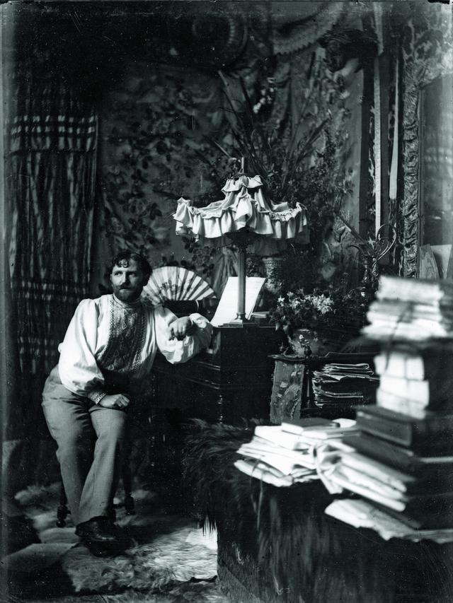 画像: パリ、グランド・ショミエール通りのアトリエにて(セルフポートレート)1892年 ©Mucha Trust 2020