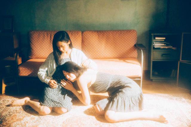 画像: (写真2)三吉彩花、阿部純子 ©︎「Daughters」製作委員会