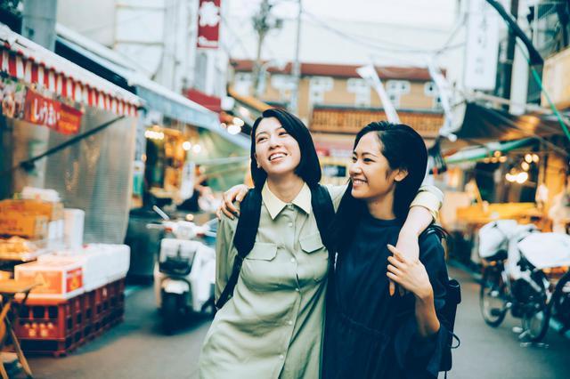 画像: (写真6)三吉彩花、阿部純子 ©︎「Daughters」製作委員会