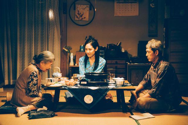 画像: (写真4)阿部純子、大方斐紗子、鶴見辰吾 ©︎「Daughters」製作委員会