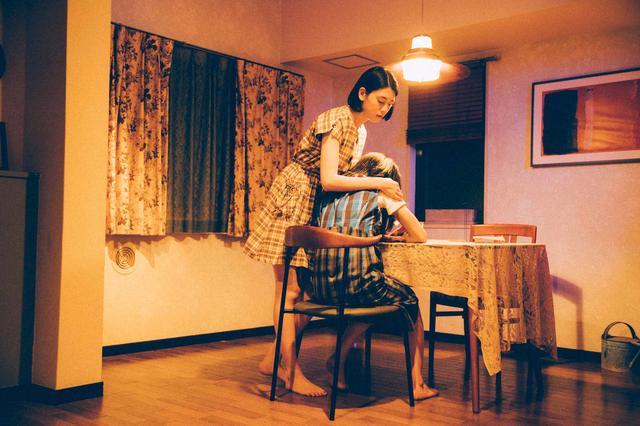 画像: (写真5)三吉彩花、阿部純子 ©︎「Daughters」製作委員会