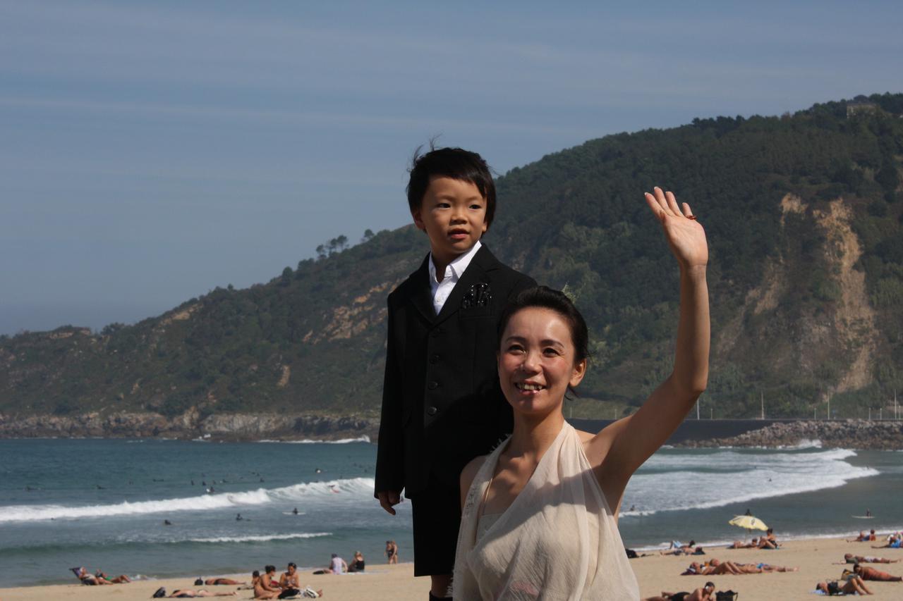 画像: 10年前となる2010年、『玄牝』で国際批評家連盟賞した時の河瀬直美監督。サンセバスチャンの海辺。