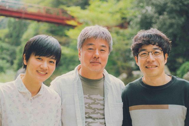 画像: 青野竜平、郷田明希に挟まれている辻野正樹監督