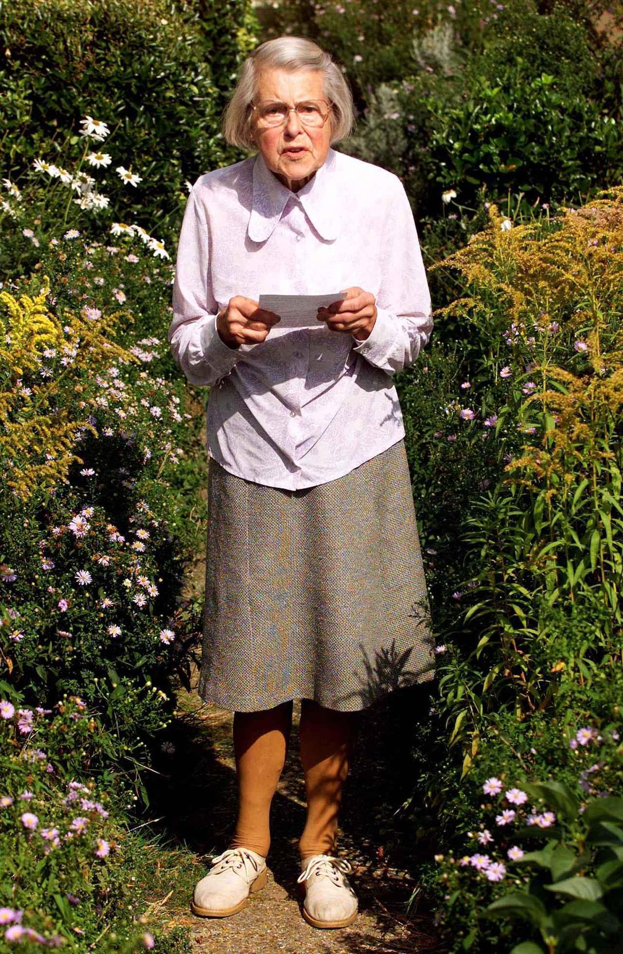 画像: 写真:ロイター/アフロ 自宅前でマスコミに向けて手紙を読み上げるメリタ・ノーウッド。 劇中でもジュディが同様に演じている