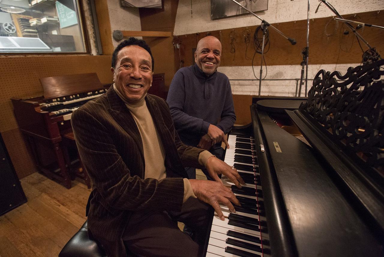 画像: ■スモーキー・ロビンソン ( 左 ) &ベリー・ゴーディ Jr.( 右 ) モータウン・レコードの創設者と元副社長。 モータウン・レコードは歴代で最も成功を収めた音楽レーベルの一つであり、これまでに設立された アフリカ系アメリカ人の事業体として最高収益をあげる会社の一つとなっている。