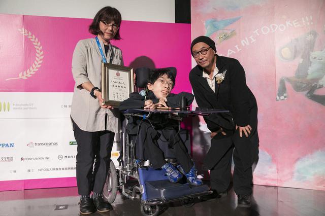 画像: 中央、石田智哉監督と、右、審査員の大森立嗣(映画監督・俳優)