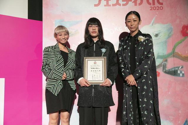 画像: 中央、守田悠人監督と左、審査員の平松 麻(画家)