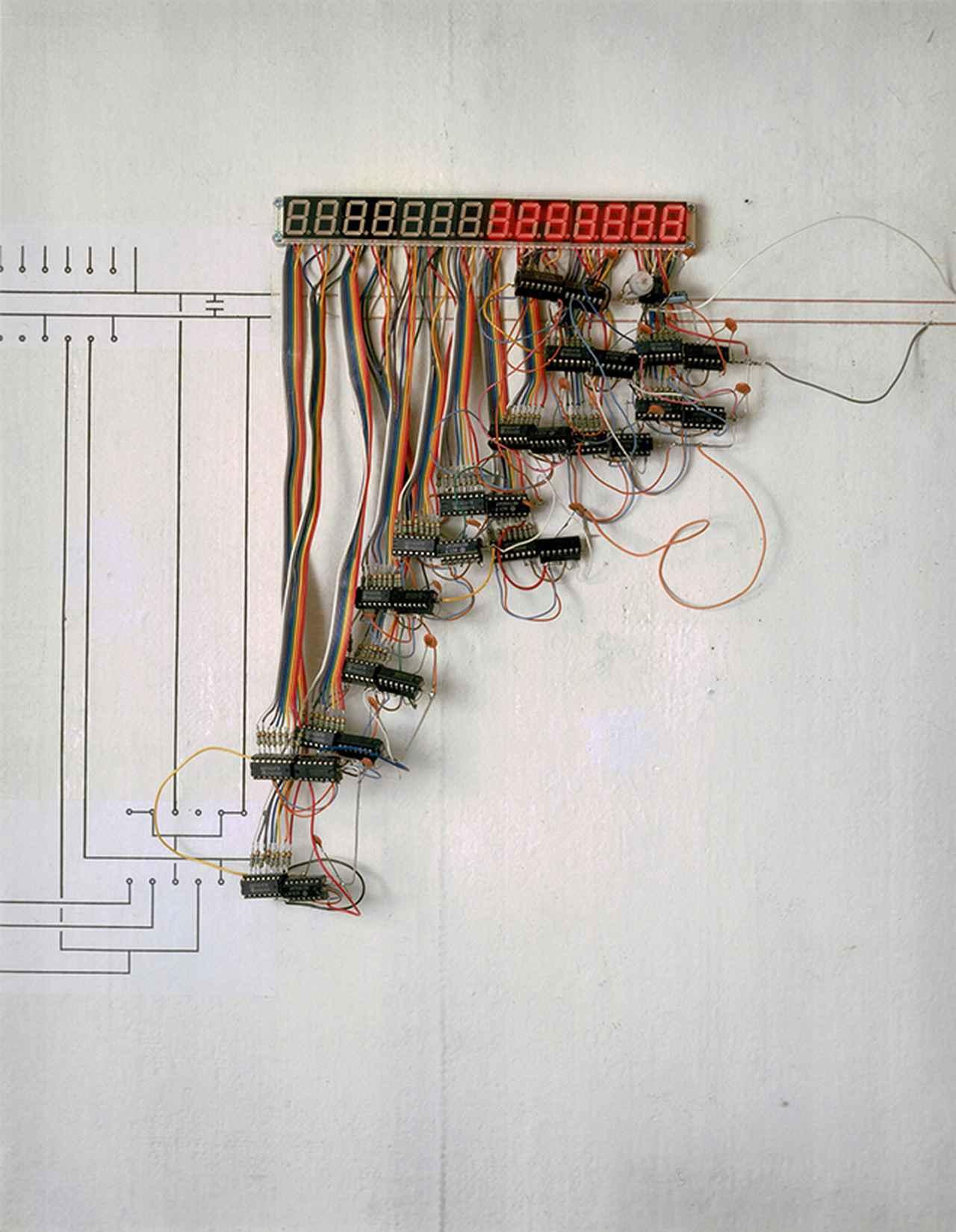画像: 宮島達男《30万年の時計》1987年 発光ダイオード、電子回路、電線、他 32×21× 4.5 cm 撮影:広瀬忠司
