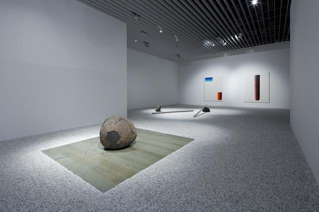 画像: 李禹煥《関係項》1969/2020 年 ガラス、石 サイズ可変 展示風景:「STARS展:現代美術のスターたち―日本から世界へ」森美術館(東京)2020年 撮影:高山幸三画像提供:森美術館 Lee Ufan Relatum 1969/2020 Glass, stone Dimensions variable Installation view: STARS: Six Contemporary Artists from Japan to the World, Mori Art Museum, Tokyo, 2020 Photo: Takayama Kozo Photo courtesy: Mori Art Museum, Tokyo