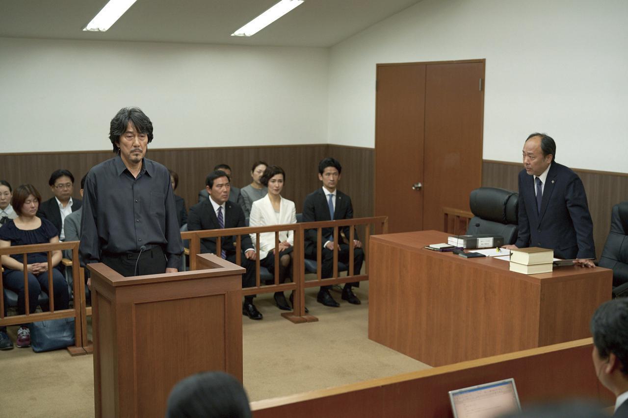 画像: 検察側の質問を受ける三上 ©佐木隆三/2021「すばらしき世界」製作委員会