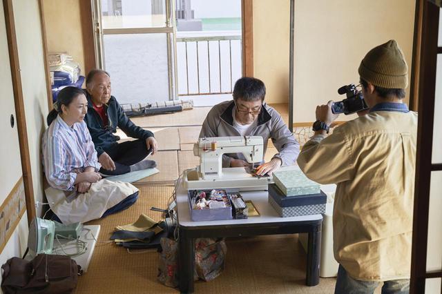 画像: 刑務所で培ったミシンの技術 を披露する三上 ©佐木隆三/2021「すばらしき世界」製作委員会