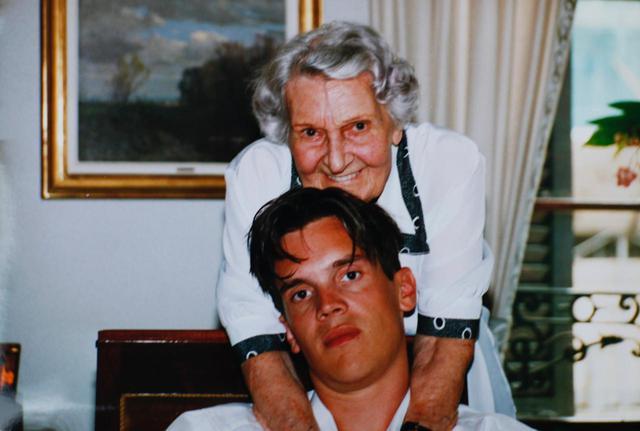 画像: スイスのブルジョワ家庭に生まれた監督が、祖母との対話を通してLGBTQや自らのアイデンティティの問題に深く取り組んだドキュメンタリー 『マダム』