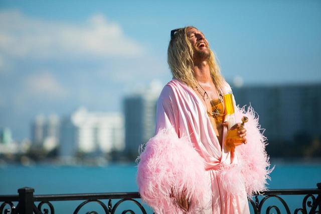 画像3: マシュー演じる放蕩詩人ムーンドッグと、 クレイジーな仲間たちの終わりなきビーチ・パーティ!