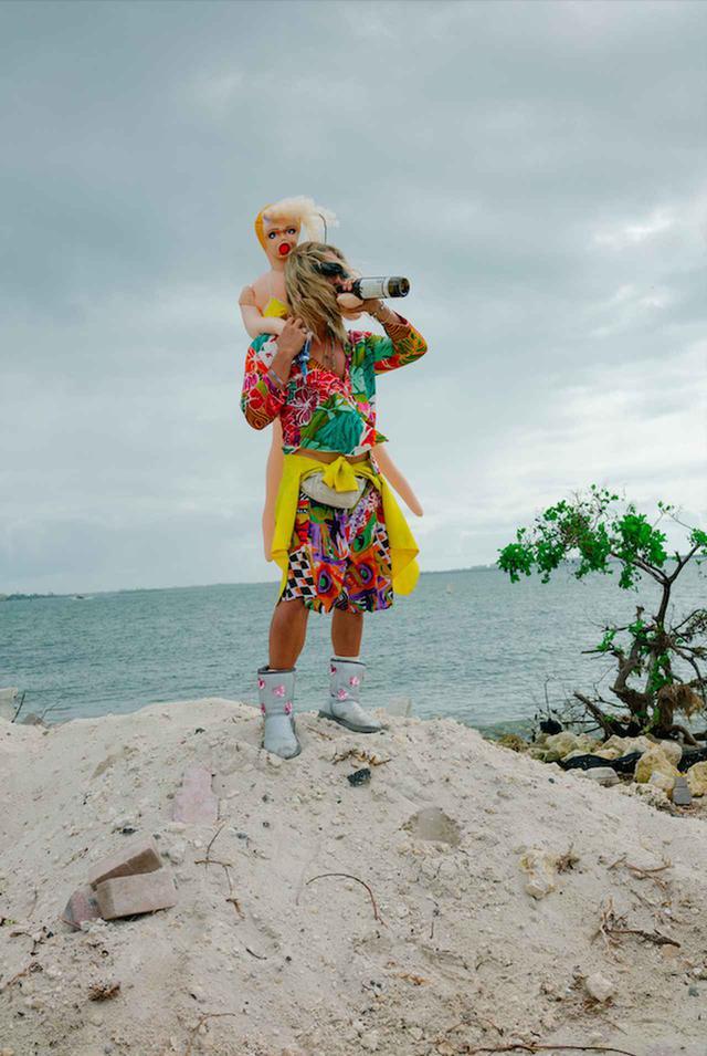 画像1: マシュー演じる放蕩詩人ムーンドッグと、 クレイジーな仲間たちの終わりなきビーチ・パーティ!