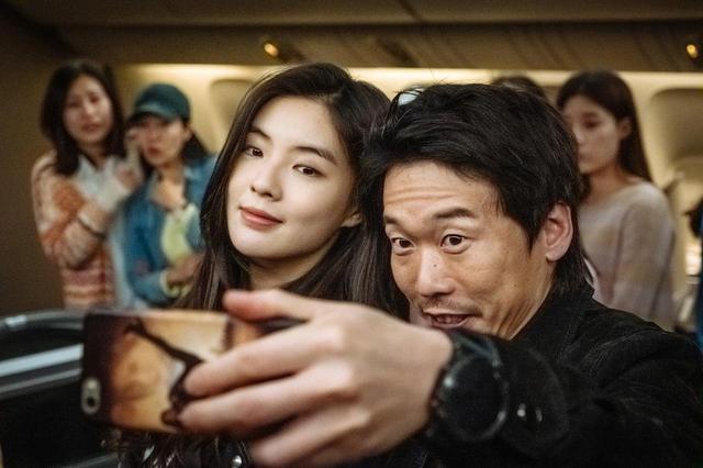 画像: ⑥ ユン・ビョンヒ(右)と謎の美女 © 2020 OAL & Sanai Pictures Co., Ltd. All rights reserved