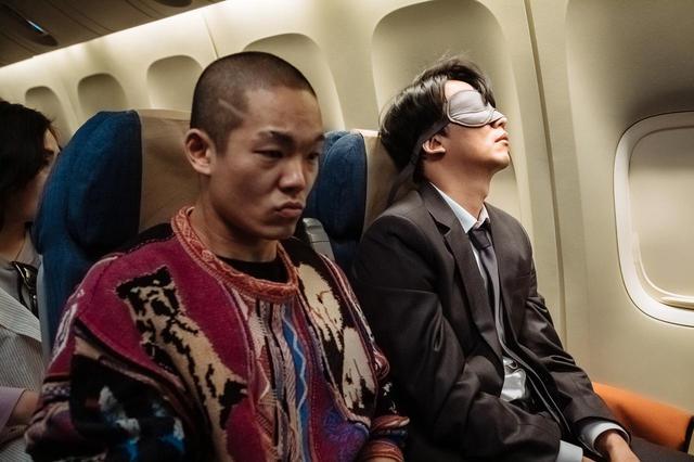 画像: ① アイマスクの男に振り回される坊主の男 © 2020 OAL & Sanai Pictures Co., Ltd. All rights reserved