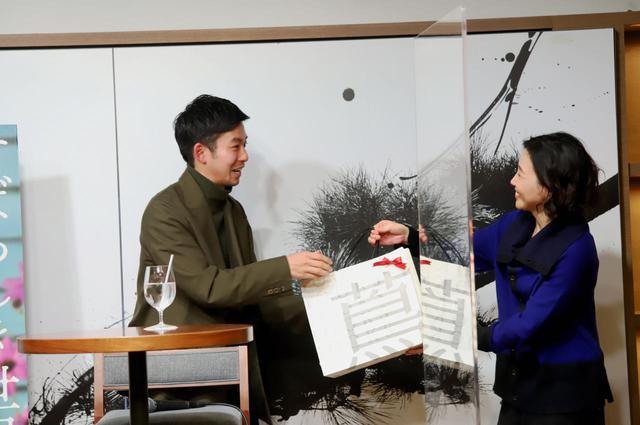 画像: プレゼントを仲野太賀さんに渡す西川美和監督