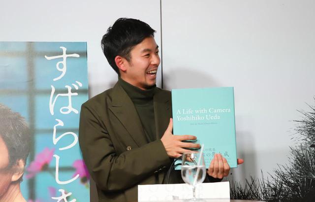 画像: 写真集を手に嬉しそうな表情の仲野太賀さん