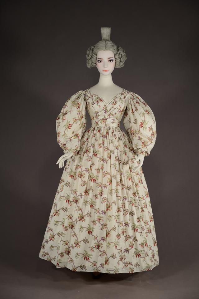 画像: 《アフタヌーン・ドレス》1830 年頃 イギリス コットン、プリント 神戸ファッション美術館蔵