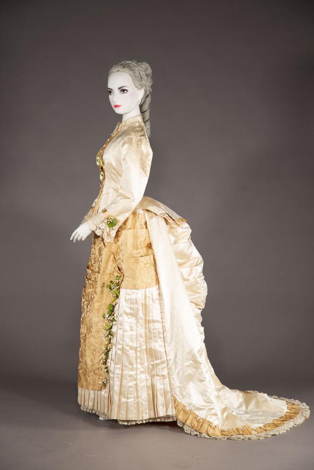 画像: 《ウェディング・ドレス》 1873-75 年頃 イギリス シルクサテン、シルクブロケード 神戸ファッション美術館蔵