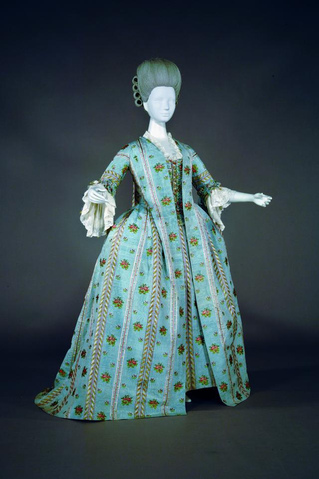画像: 《ローブ・ア・ラ・フランセーズ》1775 年頃 フランス シルクブロケード 神戸ファッション美術館蔵