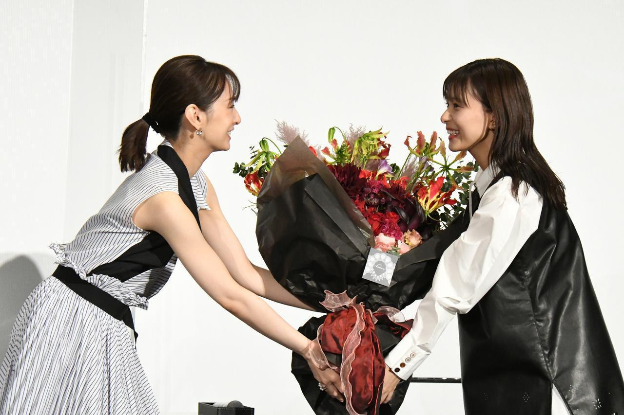 画像: バースデーサプライズの大きな花束を渡す北川景子さんと受け取る芳根京子さん
