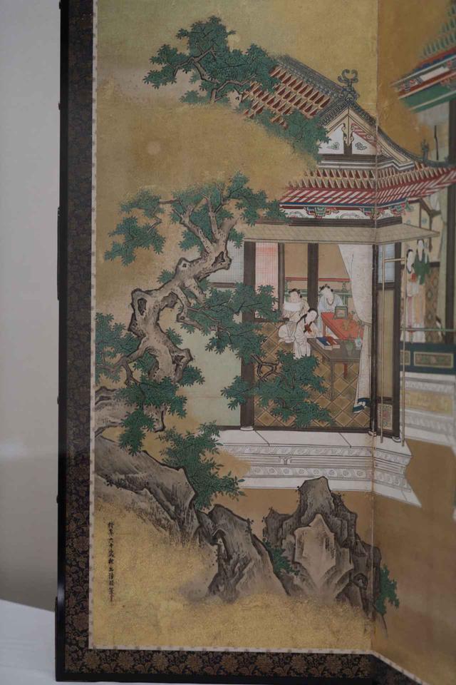 画像: 狩野探幽 「両帝図屏風」江戸時代 寛文元(1661)年 左隻(部分) 音楽の名手でもある文化人の名君だった舜帝が琴を奏でている宮廷の一角では、子女が学問に励んでいる。手前には探幽が完成させた狩野派の岩の表現