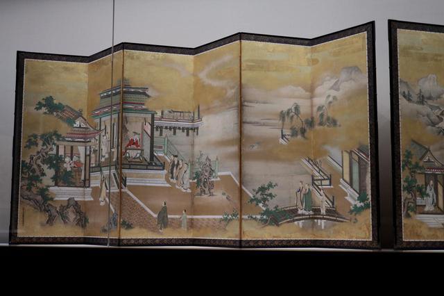 画像: 狩野探幽 「両帝図屏風」江戸時代 寛文元(1661)年 左隻 左右とも、主題である皇帝は中央からずらし、かつやや遠ざかってこじんまりと配されている。左右両画面を並べた時の中央には、省略を活かしてポイントとなる事物だけが描かれた風景が、詩的な余韻と共に広がる