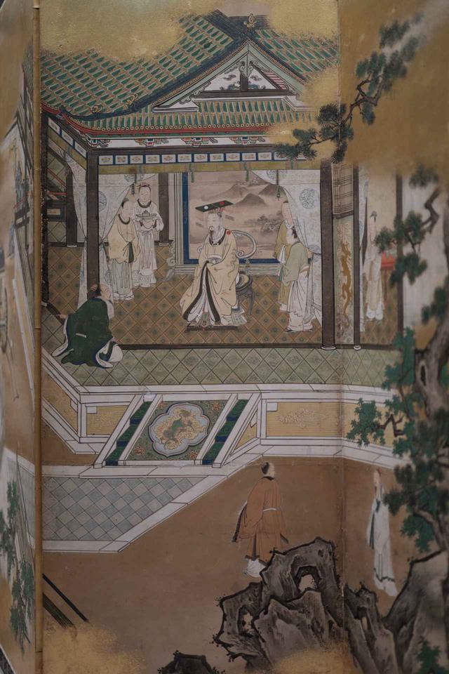 画像: 狩野探幽 「両帝図屏風」江戸時代 寛文元(1661)年 右隻(部分) 中国の伝説では車輪を発明したとされる名君・黄帝の謁見。玉座の背後に水墨の山水画が描かれている。手前の庭園に配置された狩野派独特の岩のあえて平面的な表現やゴツゴツ感とは、対照的な描き方