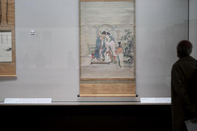 画像: 狩野益信 「玄宗皇帝並笛図」江戸時代17世紀 根津美術館蔵 唐の玄宗皇帝と楊貴妃の愛の光景を描く。玄宗・楊貴妃の伝説は白居易の漢詩「長恨歌」などで日本でも人気があり、平安時代には貴族階級、のちには高級武士、江戸時代になると一般庶民にとっても基礎教養になった。 益信は探幽の息子で駿河台狩野家の創始者。平面的な描き方で、どこを余白として残すかの探幽の「余白の美」よりは、ただ画面中央に主題を描いたので残りは空白、というように見える。