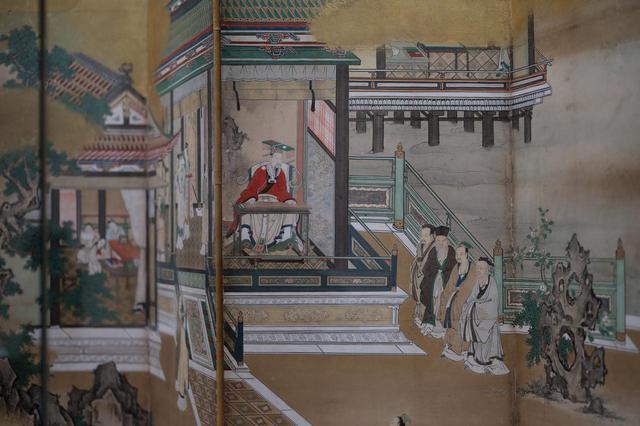 画像: 狩野探幽 「両帝図屏風」 左隻(部分) 舜帝は琴を奏でている。こちらも玉座の後には水墨画の山水が。中国の理想的な文人・君子の教養である「琴碁書画」のうちゲームである碁以外の音楽、書道、絵が巧みに取り込まれてもいる。