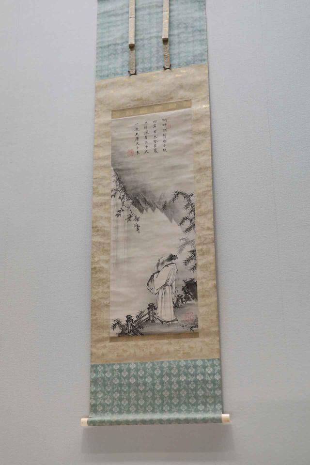 画像: 式部輝忠「観瀑図」室町時代 16世紀 小林中氏寄贈 重要美術品 根津美術館蔵 観瀑図は唐代の詩人・李白の漢詩に基づく場合が多く、この絵も服装は中国風。近景から中景を挟んで遠景を見上げる遠近の表現は、宋代の文人画で確立した表現で、「漢画」として日本でも積極的に受け入れられた