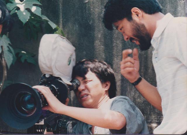 画像: 1985年「童年往事」撮影時カメラを覗く侯孝賢 写真提供:朱天文